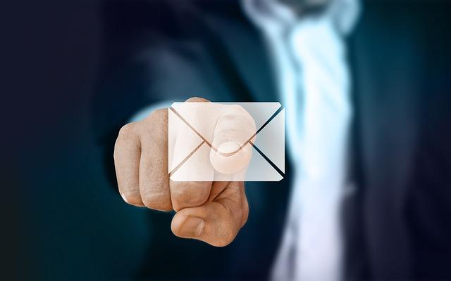 prst na obálce
