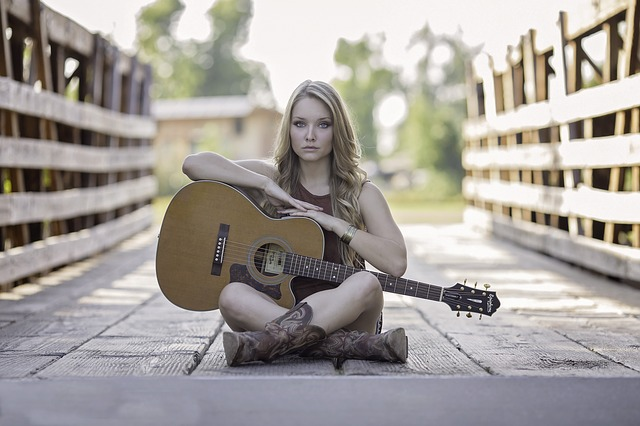 holka s kytarou