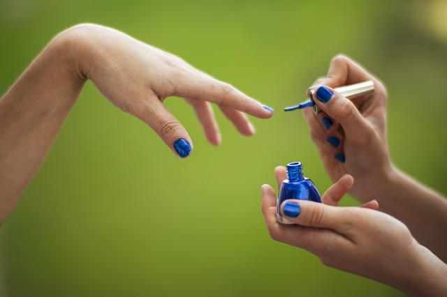 lakování modrým lakem